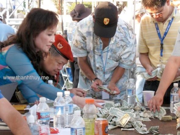 Đang phụ đếm tiền tại Dai nhac hoi cam on anh 3 (Photo: Thanh Châu)
