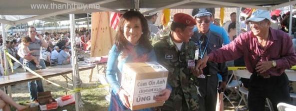 """Kỳ 3, tại San Jose, Bắc Cali, 2009 Đang """"ôm thùng"""" đi quyên tiền"""