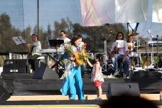 Kỳ 3, một em bé tặng hoa
