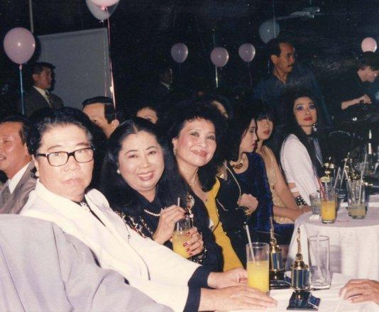Anh Chị Hoàng Thi Thơ, Thúy Nga cùng Thanh Thúy trong đêm Trần Quốc Bảo ra mắt CD Biển Động tại vũ trường Diamond tháng 7 năm 1993