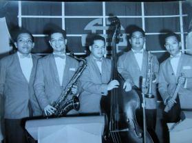 Từ trái: Lê văn Thiện (Piano), Đan Thọ. (Saxo Tenor & Violon) Nguyễn văn Hạnh (Bass). Văn Ba (Trumpet), Huỳnh Anh (Trống)