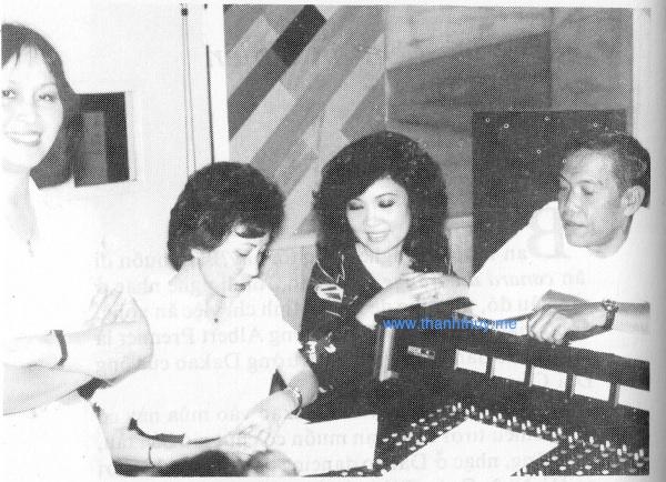 """từ trái: Hà Thanh, Mai Hương, Thanh Thúy, Lê Văn Thiện đang thu âm cho """"Phật Ca 1″"""