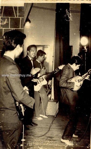 Chú Thích Ảnh: Tấm ảnh này được chụp vào khoảng thời gian tháng 7 năm 1957 tại rạp hát Thống Nhất với Nguyễn Long, Lê Duyên (mandolin), Ngọc Minh Hà, Khánh Băng, Huỳnh Hoa (Saxo)… Bức hình này được nhạc sĩ Ngọc Minh Hà gìn giữ và khi Ông mất đi, cậu con trai người nhạc sĩ này đã tặng lại cho Trần Quốc Bảo nhân một chuyến gặp gỡ tại Sàigòn năm 1996.
