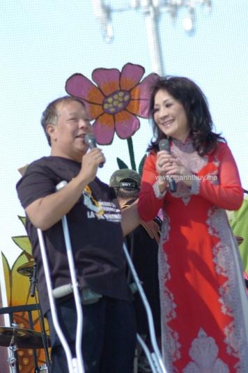Kỳ 5, tại Quận Cam, Nam Cali, 2011 Việt Dzũng đang giới thiệu Thanh Thúy