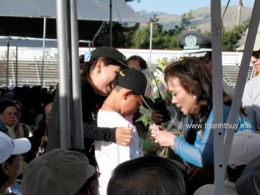 Kỳ 3, tại San Jose, Bắc Cali, 2009 Đang ký tên vào áo một em bé