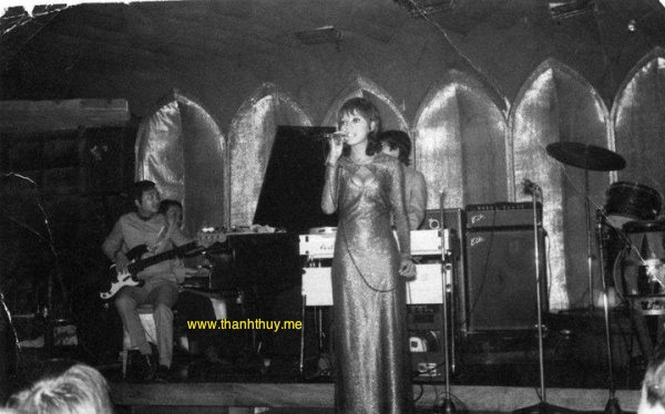 Pauline Ngọc hát tại Queen Bee, bên trái là Duy Khiêm, (photo do Pauline Ngọc cung cấp)
