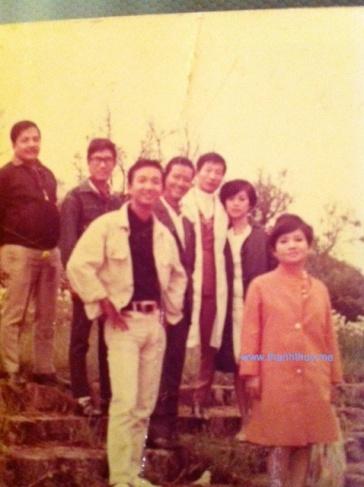 từ trái: Hoàng Liêm, Quốc Hùng, Duy Khiêm, Ngọc Chánh, Pat Lâm và vợ, Ngọc Mỹ