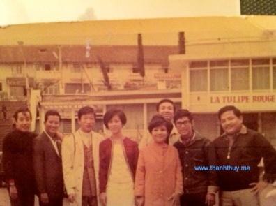 từ trái: Elvis Phương, Ngọc Chánh, Pat Lâm và vợ, Ngọc Mỹ, Duy Khiêm, Quốc Hùng, Hoàng Liêm