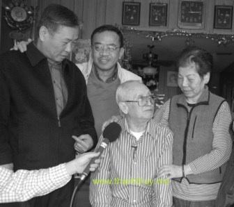 """Từ trái qua phải: nhạc sĩ Hoàng Thi Thao, Trường Kỳ, nhạc sĩ Lữ Liên và nghệ sĩ Thúy Liệu tại căn """"mobile home"""" của Lữ Liên ở thành phố Westminster, nam California năm 2007"""
