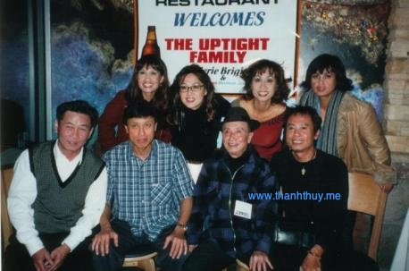 Cảnh gia đình một thời đoàn tụ với Lữ Liên, Tuấn Ngọc, Anh Tú, Khánh Hà, Thúy Anh, Lan Anh, Lưu Bích. Người ngồi ngoài bìa trái phía trước là nhạc sĩ Hoàng Thi Thao