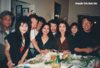 Từ trái: Cò Dzu, Sơn Tuyền, Quang, Đức Phương, Khánh Ly, Thạnh Tú Quỳnh, Băng Châu, Yến Tú Quỳnh, Trần Quốc Bảo trong những đêm ăn uống tại nhà Khánh Ly - Nguyễn Hoàng Đoan năm 1992-1993