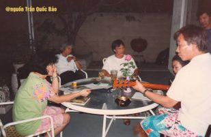 Ảnh chụp tháng 7 năm 1992 tại nhà Khánh Ly. Từ trái: Lệ Hằng (nhà văn Tóc Mây từ Úc sang), Trầm Tử Thiêng, Nguyễn Hoàng Đoan, Khánh Ly, Lê Nguyễn (photo by TQB)