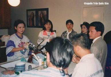 Từ trái: Khánh Ly, Phương Hồng Quế, Tina Hoa (vợ Elvis Phương), Băng Châu, Cha Chiếu tại nhà Khánh Ly năm 1992. Lúc này, Phương Hồng Quế vừa đến Mỹ định cư.