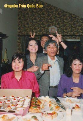 Từ trái: Ngọc Minh, Khánh Ly, Trầm Tử Thiêng, Nam Trân. Phía sau là Trần Quốc Bảo đang nghịch ngợm phá phách. Ảnh chụp năm 1992.
