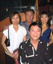 đứng từ trái: Christine Lưu, Hoàng Thi Thao, Quỳnh Hương, chụp lưu niệm với Duy Quang
