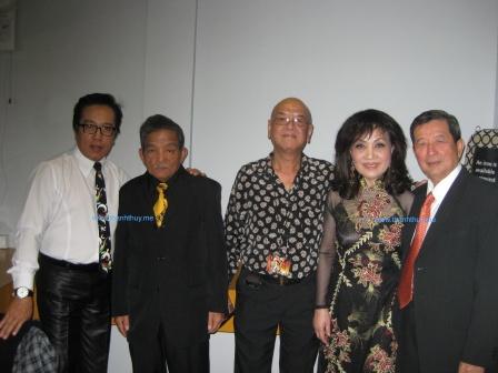 Một số thành viên của Ban Shotguns hội ngộ tại Sydney, Úc - vào tháng 3, 2012. từ trái: Elvis Phương, Hoàng Liêm, Mạnh Tuấn, Thanh Thúy, Ngọc Chánh (photo: Nguyễn Toàn)