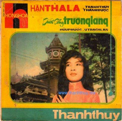 Hình bao bìa dĩa hát Hận Tha La và Dưới Cổng Trường Làng có in bức ảnh của nữ danh ca Thanh Thúy. (Hình: Bộ sưu tập của Ngành Mai)