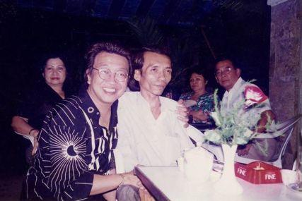 Ảnh lưu niệm TQB và Trần Thiết Hùng chụp tháng 8 năm 1996 tại phòng trà Văn Nghệ. Xa xa, có ảnh vợ chồng nhà báo Trọng Viễn (em trai cố chủ nhiệm Việt Định Phương báo Trắng Đen) lần đầu về thăm quê nhà.
