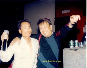 Tấm ảnh lưu niệm của Trần Quốc Bảo và ca sĩ Anh Tú trong show nhạc Lưu Bích & Gia Huy đêm thứ bẩy ngày 19 tháng 9 năm 2003 tại vũ trường Majestic.