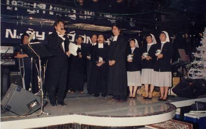 Hình ảnh cảm động của các frères, các soeurs lên sân khấu nhận tấm lòng của những đứa học trò ngày xưa không quên công ơn giáo dục của các Sư Huynh Lasan.
