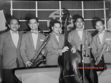Ban nhạc tại vũ trường Đại Nam: Lê Văn Thiện (thứ nhất từ trái sang), Đan Thọ (thứ nhì), Huỳnh Anh (thứ năm)