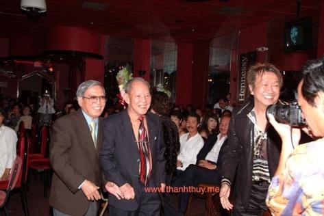 TQB mời nhạc sĩ Anh Bằng, nhạc sĩ Huỳnh Anh lên sân khấu chụp hình lưu niệm trong đêm Vinh Danh nhạc sĩ Lê Văn Thiện tổ chức ngày 14 tháng 9 năm 2008 tại vũ trường Majestic.
