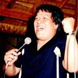 Ca Nhạc sĩ Việt Dzũng trong buổi ra mắt tập thơ của thi sĩ Hoàng Phong Linh (Võ Đại Tôn) tại nhà hàng Ngon (nay là nhà hàng Kim Sư), năm 1989 (?). Hình: Ngọc Hoài Phương cung cấp.