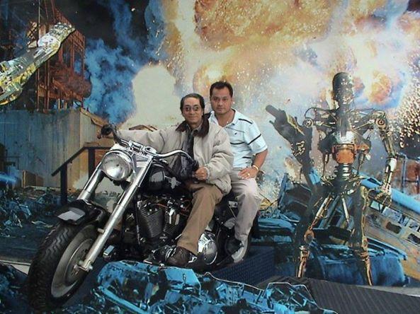 Cảnh NS Hoài Trúc Phương và cậu con trai Andrew Nguyễn đi du lịch ở Las Vegas năm 2013. Đã lâu hai cha con không có dịp gần nhau. Hình ảnh này mãi là giây phút tuyệt vời nhất.