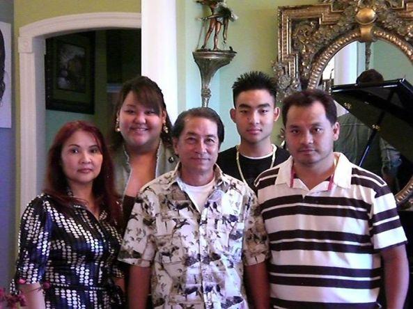 Hàng đầu: Nghệ sĩ Hoài Trúc Phương đứng giữa con trai Andrew Nguyễn và con dâu Phạm Thị Quế. Hàng sau là Anjelynn Nguyễn và Benjamin Nguyễn (con gái và con trai của vợ chồng Andrew)