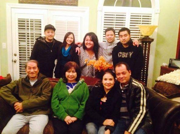 Năm 2013, nghệ sĩ Hoài Trúc Phương (ngồi bìa trái) từ VN bay sang Mỹ tham dự ngày cháu nội Anjelynn Nguyễn tốt nghiệp 4 năm đại học. Cạnh bên là nghệ sĩ Kim Tuyến từ Cali cũng bay sang trong ngày vui của cháu nội