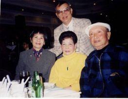 Từ trái sang phải hàng ngồi: Dạ Lý, Ông Bà Lữ Liên và soạn giả Hương Sắc (đứng)