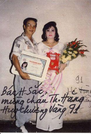 Soạn giả Hương Sắc chụp ảnh lưu niệm với cô cháu ruột Thanh Hằng (con gái nghệ sĩ Hương Huyền) năm 1991, buổi Thanh Hằng lãnh Giải Huy Chương Vàng Trần Hữu Trang năm 1991