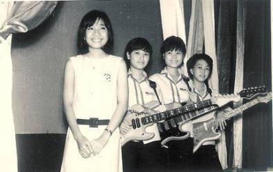 Chị cả, ca sĩ Xuân Thu, hợp tác cùng ban nhạc nữ the Blue Stars.