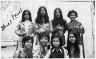 Ảnh trên là ban nhạc nữ Blue Stars, trong ảnh có ca sĩ Pauline Ngọc (hàng ngồi thứ 2 từ trái sang phải)