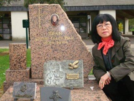 Ca sĩ Bạch Yến viếng mộ NS Trần Văn Trạch mỗi năm