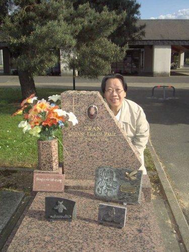 Tấm ảnh mới nhất của nhạc sĩ Trần Quang Hải trước mộ chú ruột Trần Văn Trạch ngày 12 tháng 4/2011 tại Pháp nhân năm giỗ thứ 17