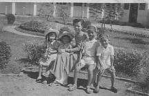 Bốn người con của Trần Văn Khê và phu nhân (Vĩnh Long1954)