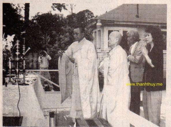Thượng Tọa Thích Minh Mẫn, trụ trì chùa Huệ Quang, đang làm lễ cầu siêu cho cố nghệ sĩ Trần Văn Trạch.