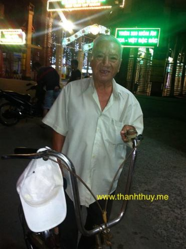 Phùng Trọng dù nghèo nhưng vẫn chấp nhận đi làm bằng chính mồ hôi nước mắt của mình ngày ngày trên đường phố.