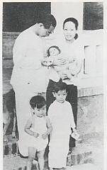 Trần Văn Khê cùng phu nhân với ba người con (Tân Định Sài Gòn 1949)