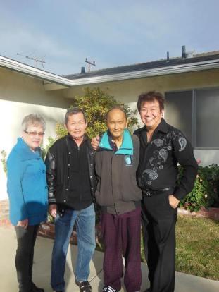 Nhạc sĩ Hồ Xuân Mai đón tiếp bạn bè lên thăm. Từ trái sang phải : Ông bà Châu Hiệp, NS Hồ Xuân Mai và Trần Quốc Bảo ghé ngày 12 tháng 1 năm 2014