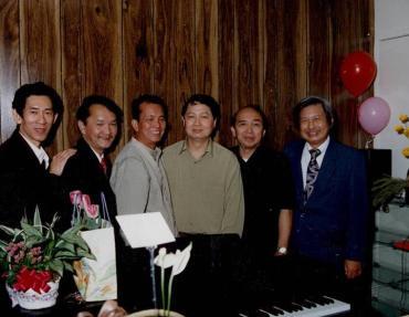 Từ trái qua phải là các nhạc sĩ Billy Hùng, Hồ Xuân Mai, Tuấn Khải, Quốc Toản, Trung Nhật, Trần Trịnh trong ngày khai trương lớp dậy dương cầm trên vùng Reseda năm 1997