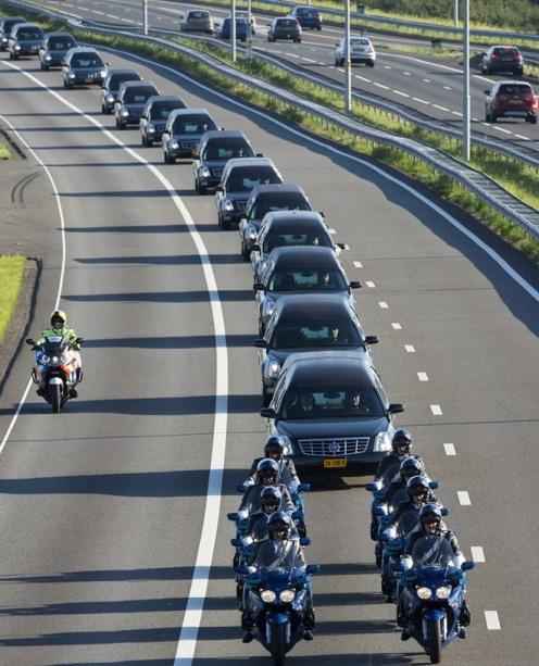 Đoàn xe tang chở gần 40 thi thể nạn nhân vụ MH17 tới khu căn cứ quân sự Hilversum giữa rừng để giám định pháp y và nhận dạng. Ảnh: Reuters