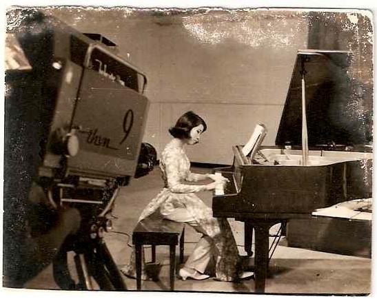 Dương cầm thủ Quỳnh Giao trên đài Truyền Hình Việt Nam trước 1975