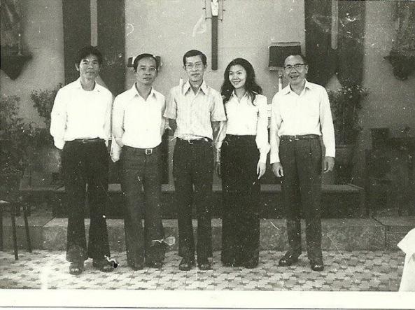Từ trái ns Mai Phương, ns Đăng Tiến, cha Hoa, Mỹ Khanh, ns Hùng Lân năm 73 tại nhà thờ Cầu Mới (Tân Định).
