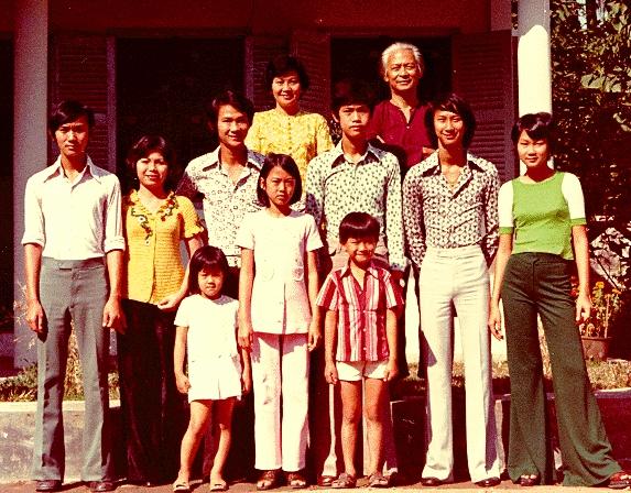 Gia đình Phạm ở cư xá Chu Mạnh Trinh (nhà mới, cuối ngõ)