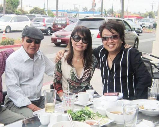 Từ trái sang phải: Ca sĩ Giang Tử, Phương Hồng Quế, TQB chụp tại Quận Cam năm 2011
