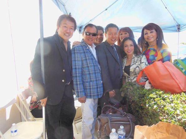 Từ trái sang phải: TQB, Giang Tử, Tuấn Châu, Uy Nguyễn (công ty Teletron), Vy Lan, Mỹ Huyền, Phương Hồng Quế chụp tại sân khấu ngoài trời trước cửa tiệm Teletron nhân kỳ 5 năm thành lập ngày 10 tháng 8 năm 2013