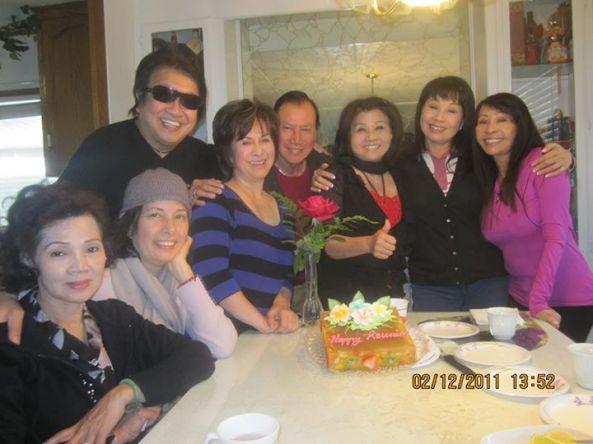 Ảnh chụp buổi cơm hội ngộ tại nhà ca sĩ Phượng Khanh ngày 2 tháng 12 năm 2011. Từ trái sang phải: Đan Thanh, Giáng Thu, Trần Quốc Bảo, Phượng Khanh, Giang Tử, Mai Lệ Huyền, Phương Hồng Quế, Linh Phương