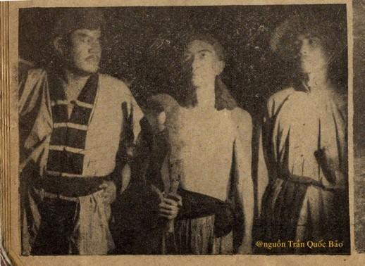 Nhà sản xuất Bùi Diễm và đạo diễn Lê Dân trong Hồi Chuông Thiên Mụ cũng đóng phim như ai nhưng rất tiếc là hai Ông chỉ hiện diện có vài giây trên màn bạc.
